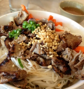 Grilled beef w/ rice vermicelli & vegetable